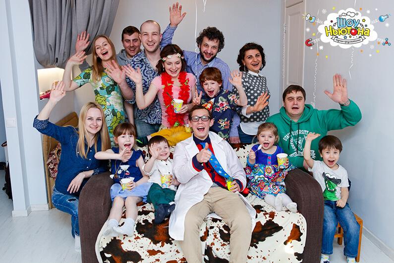 Семейное фото с нашим ведущим химического шоу