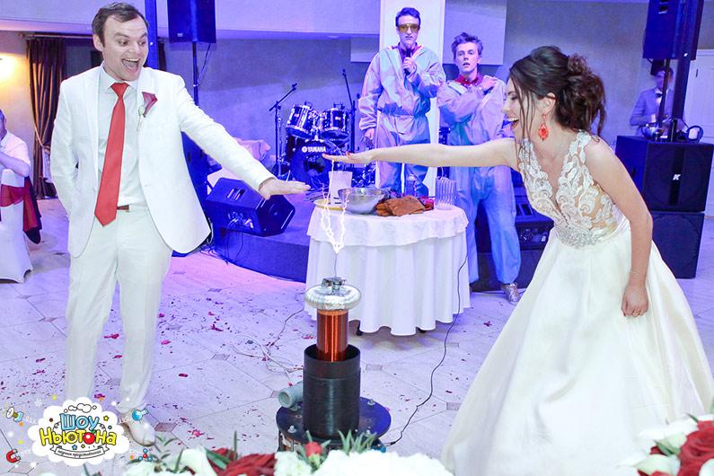 Жених и невеста веселятся